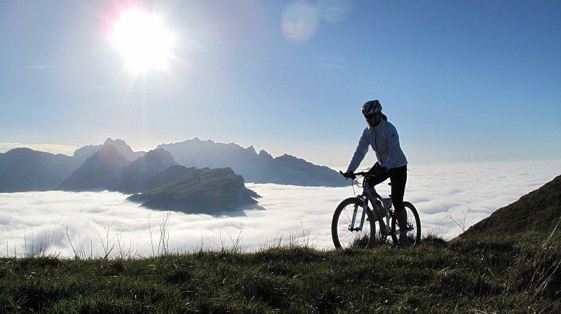 Jazda rowerem po szczycie góry