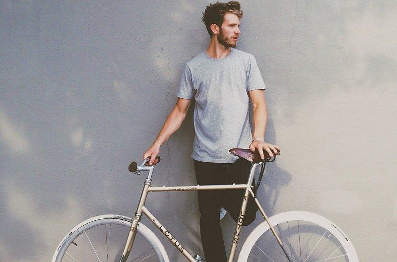 Mężczyzna oparty o rower