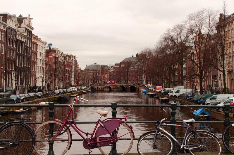 Rower nad rzeką w Amsterdamie