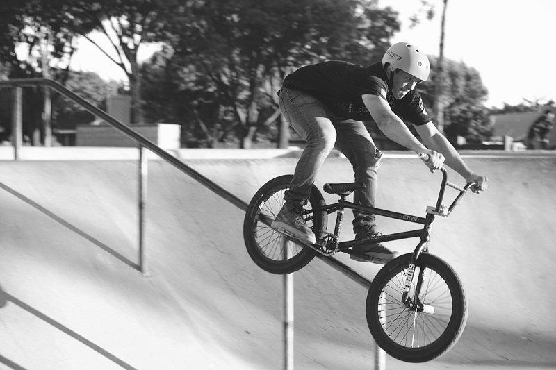 Rowerzysta zjeżdżający na BMXie z barierki