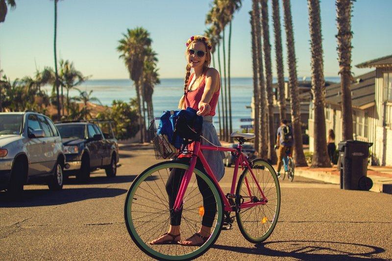 Uśmiechnięta kobieta z rowerem