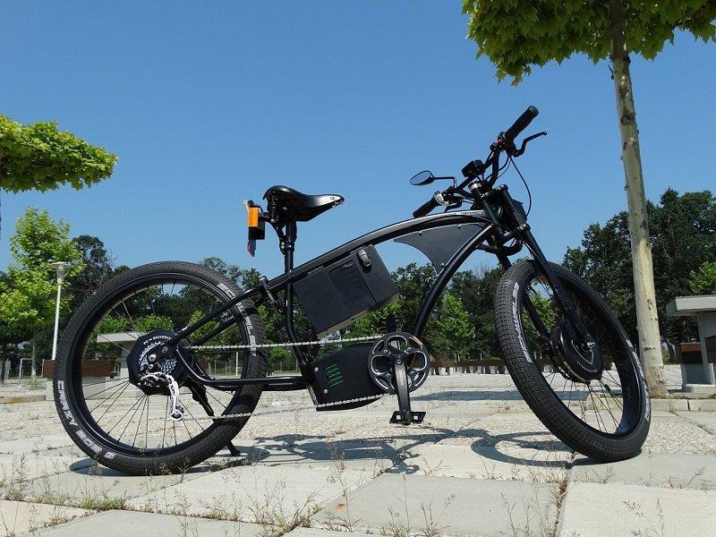 Zaparkowany e-bike w czarnym macie